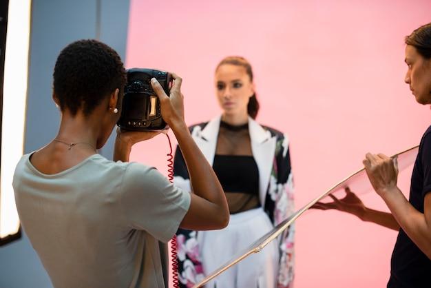 Junge vorbildliche aufstellung für die kamera in einem studio