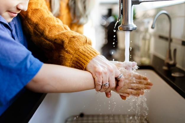 Junge wäscht sich die hände, um die wahrscheinlichkeit von covid-19 zu verringern