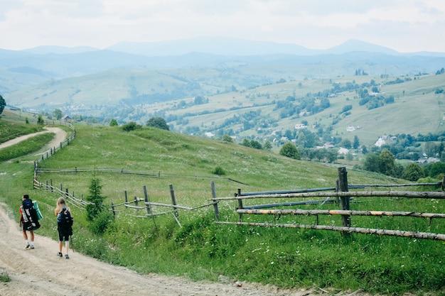 Junge wanderer, die von den bergen absteigen