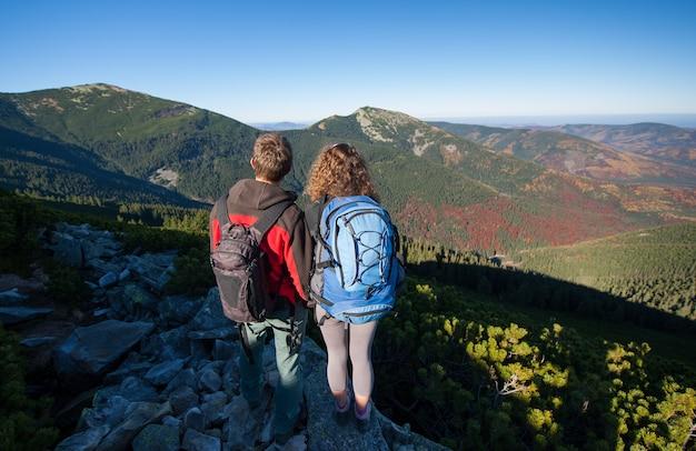 Junge wandererpaare, die schöne landschaft genießen
