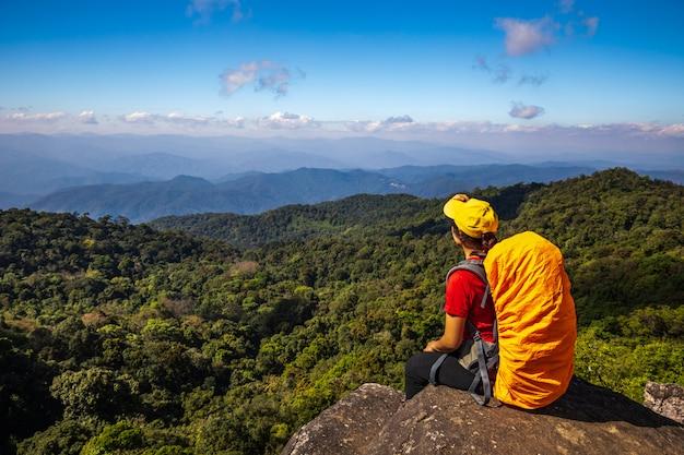 Junge wandernde frau, die auf bergen wandert. doi mon chong, chiangmai, thailand.