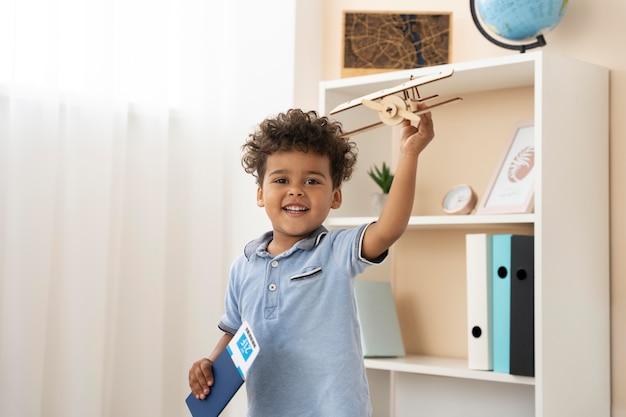 Junge wartet auf reiseplanung von seinem reisebüro