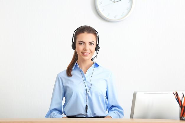 Junge weibliche empfangsdame, die im büro arbeitet