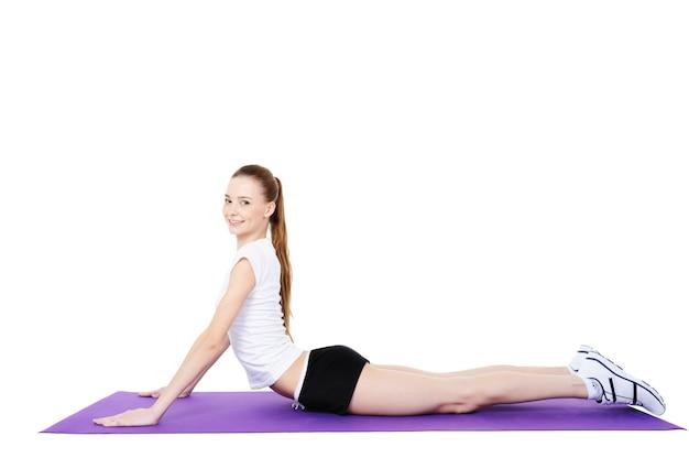 Junge weibliche fitness und körperliche übungen