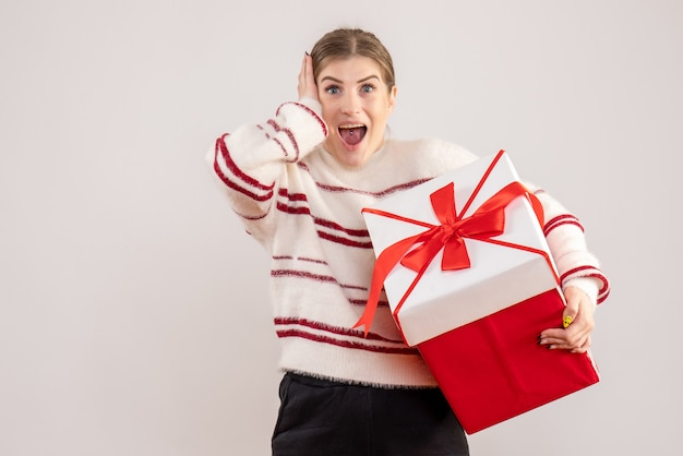 Junge weibliche holding in box auf weiß vorhanden