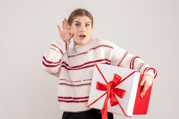 Junge weibliche holding in box auf weiß vorhanden Kostenlose Fotos