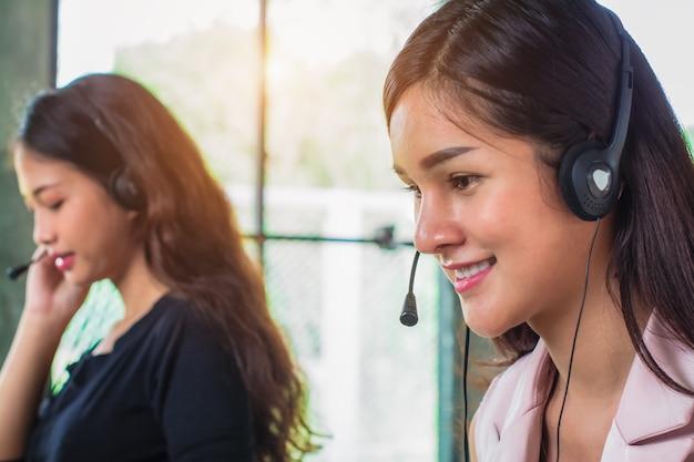 Junge weibliche technische hilfsversender, die im büro arbeiten.