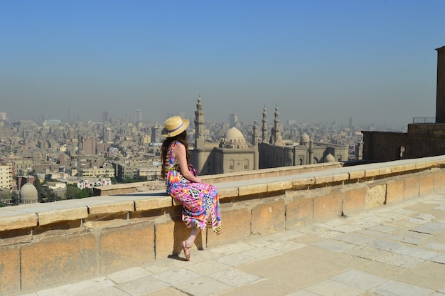 Junge weibliche touristen genießen die schöne aussicht auf die alte zitadelle el-khalifa egypt