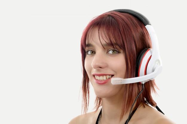 Junge weibliche unterstützungs-telefonistin in der headset-nahaufnahme