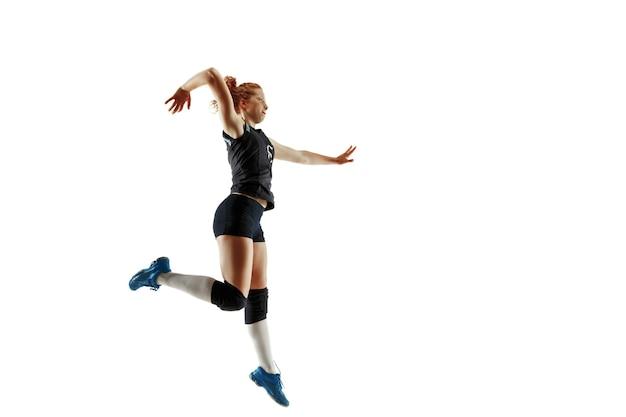 Junge weibliche volleyballspielerin lokalisiert auf weißem hintergrund.