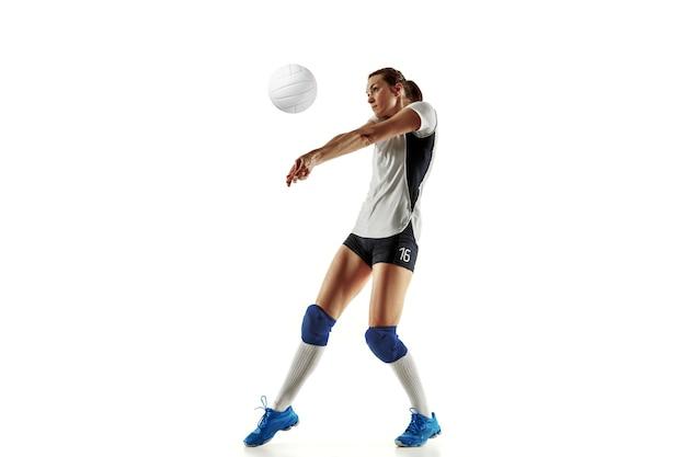 Junge weibliche volleyballspielerin lokalisiert auf weißem studiohintergrund