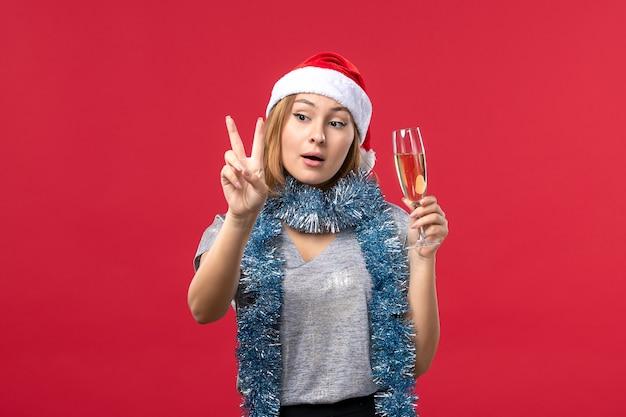Junge weibliche zählung der vorderansicht, die nummer auf weihnachtsfeiertag der roten wandfarbe zeigt