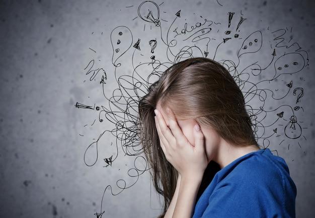 Junge weinende frau mit besorgtem gestresstem gesichtsausdruck mit illustration