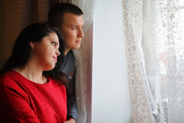 Junge weiße familie in einer häuslichen umgebung am wochenende