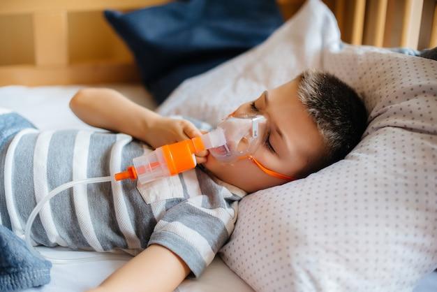 Junge wird während einer lungenerkrankung inhaliert. medizin und pflege