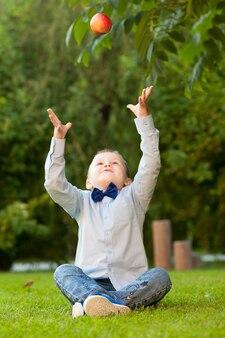 Junge wirft mit pfirsich