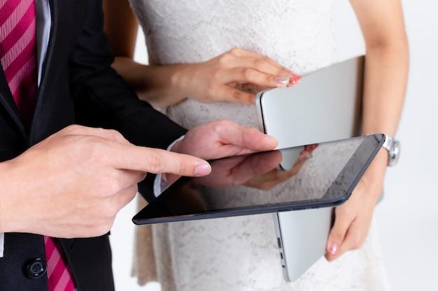 Junge wirtschaftler benutzen tablette, um projekt vorzustellen