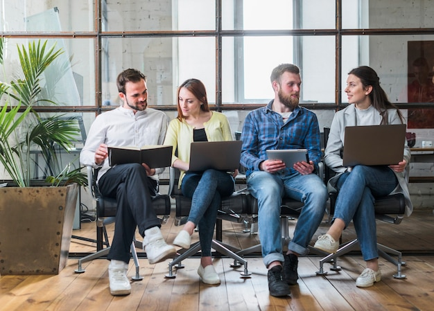 Junge wirtschaftler, die im büro zusammenarbeiten
