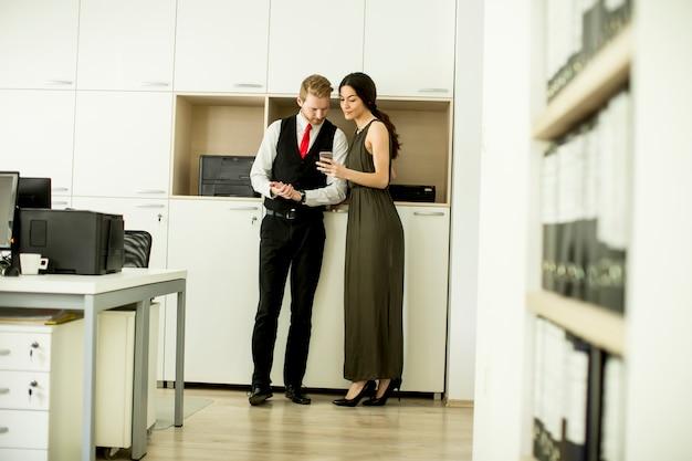 Junge wirtschaftler im modernen büro