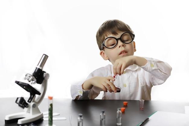 Junge wissenschaftler chemiker. berufsberatung für kinder. berufswahl. arzt, laborant, chemiker.