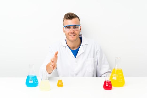 Junge wissenschaftler mit viel laborflasche händeschütteln nach viel