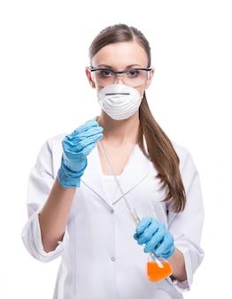 Junge wissenschaftlerin arbeitet im labor.