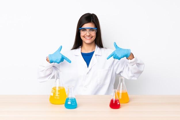 Junge wissenschaftliche frau in einem tisch stolz und selbstzufrieden
