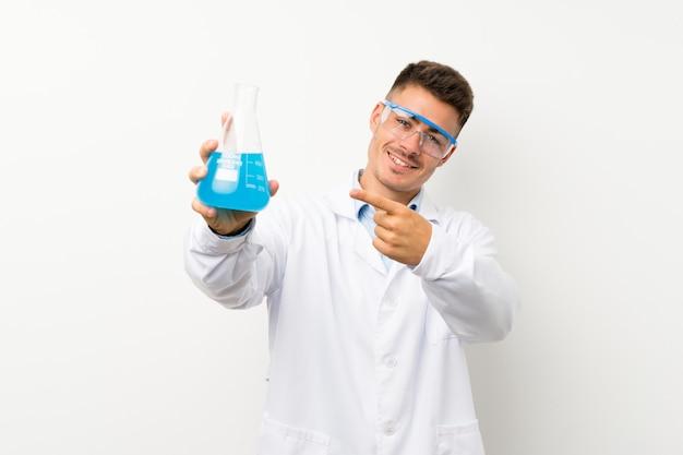 Junge wissenschaftliche holdinglaborflasche