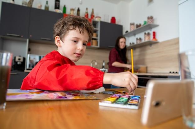 Junge zeichnet malen mit online-fernunterricht