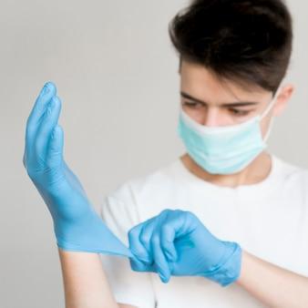 Junge zieht handschuhe an