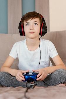 Junge zu hause, der spiele spielt
