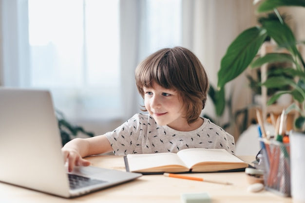 Junge zu hause mit laptop