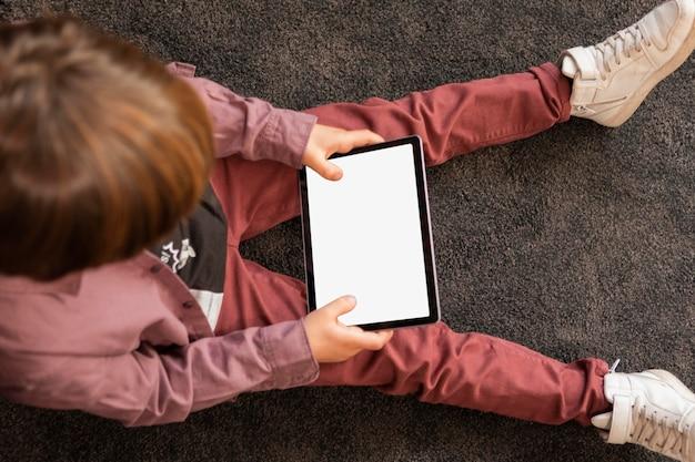 Junge zu hause mit tablette