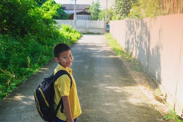 Junge zur schule gehen