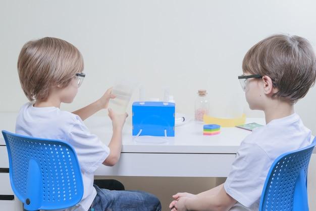 Jungen, die das bildungskonzept für wissenschaftliche experimente machen