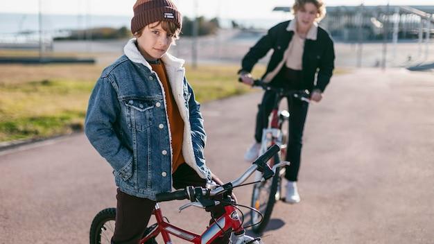 Jungen, die draußen in der stadt fahrrad fahren