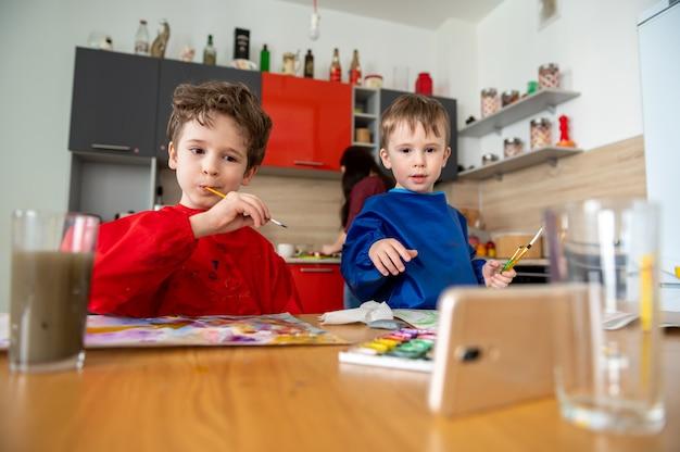 Jungen, die online malen, malen lektionen fernunterricht