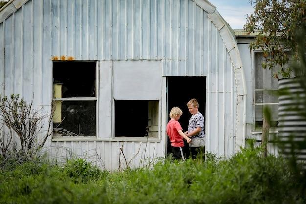 Jungen erkunden ein verlassenes wirtschaftsgebäude