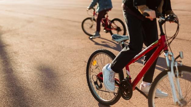 Jungen fahren mit dem fahrrad in der stadt