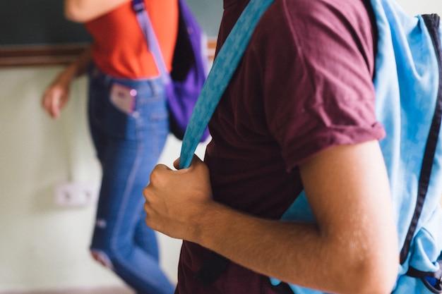 Jungen hände halten rucksack