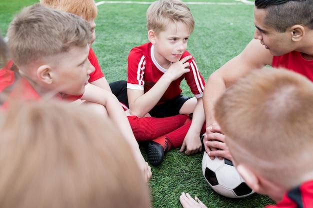 Jungen hören fußballtrainer