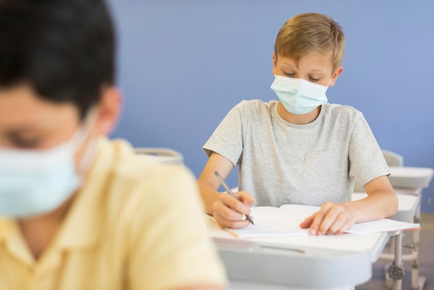 Jungen im unterricht mit masken