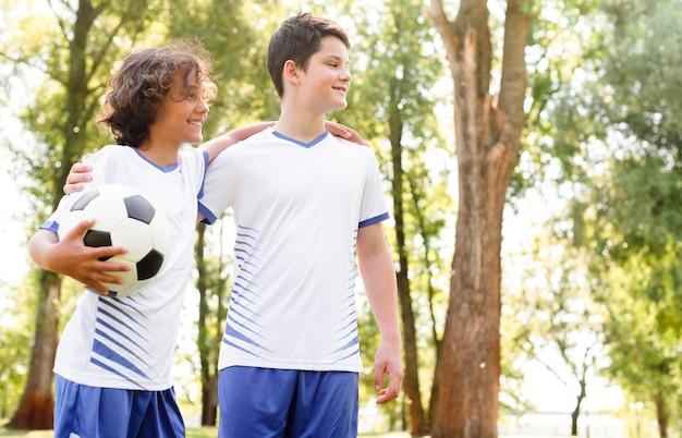Jungen in fußballausrüstung mit kopierraum