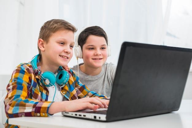 Jungen mit laptop