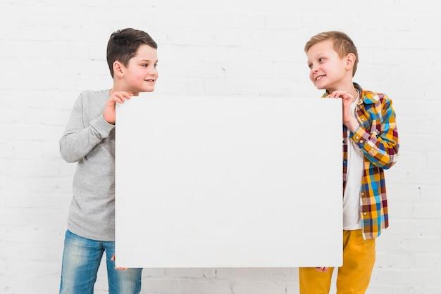 Jungen präsentieren große tafel
