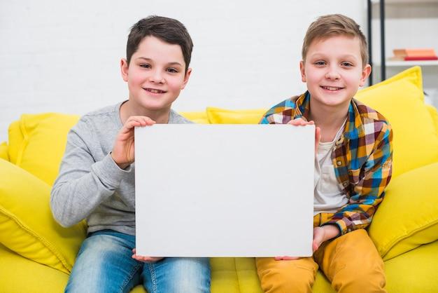 Jungen präsentieren papier