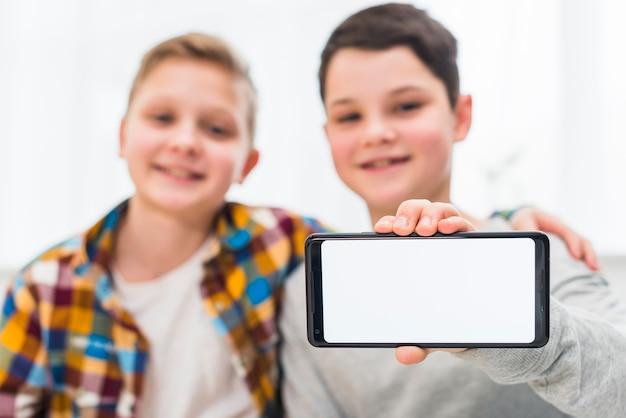 Jungen präsentieren smartphone-vorlage