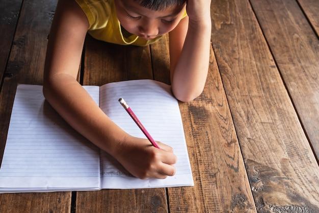 Jungen sind über das lernen gestresst.