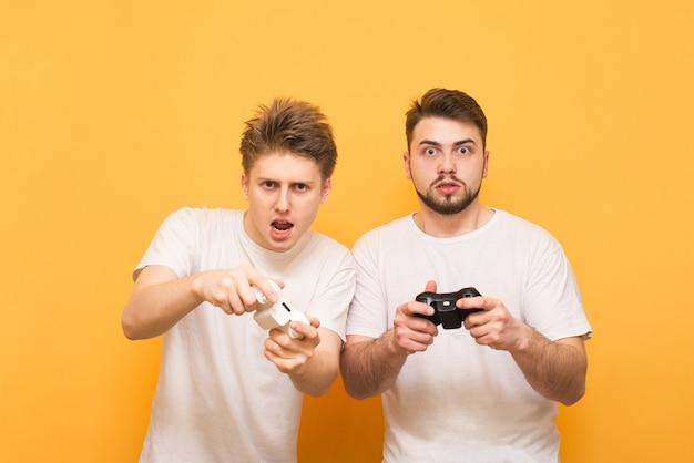 Jungen spielen ein videospiel mit gamepads
