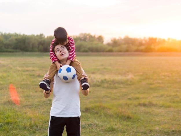 Jungen spielen mit ball im freien Kostenlose Fotos